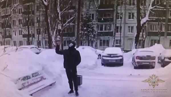 Пенсионерка выкинула с балкона миллион рублей