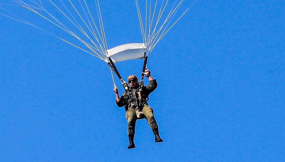 Молодой парашютист приземлился в окно российской многоэтажки