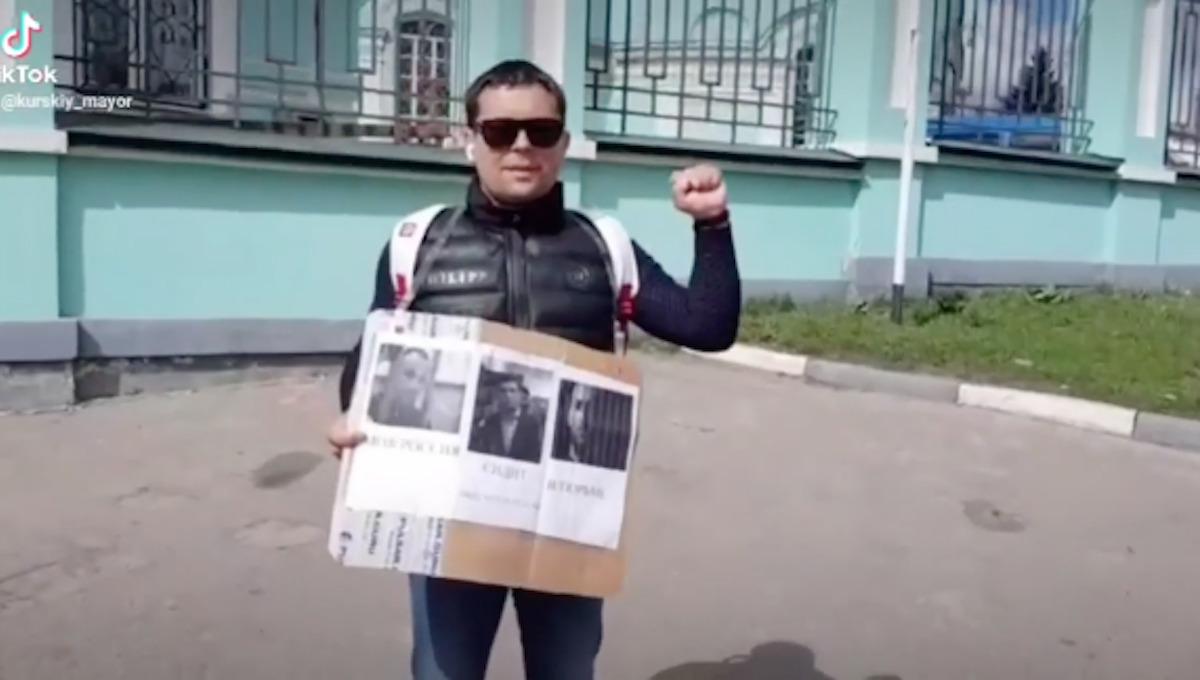 Экс-полицейский пикетирует в защиту Шестуна, Фургала и Навального