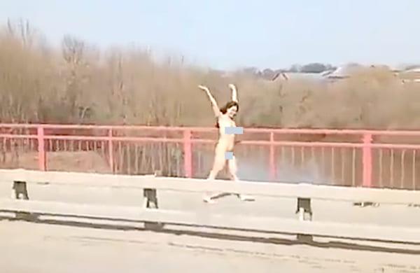 Голая девушка гуляла по весеннему Серпухову