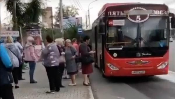Водители высадил всех пассажиров из автобуса из-за молитвы