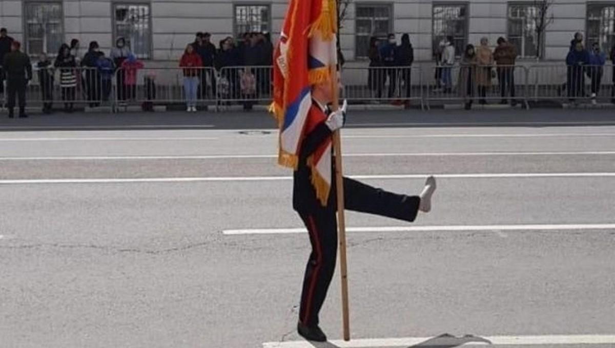 В разгар парада Победы у марширующей девушки слетел ботинок