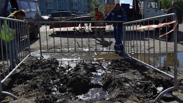 В российском городе посреди улицы забила нефть