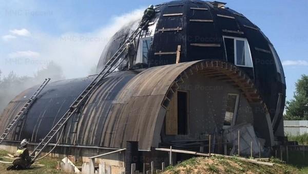 Необычный дом-шар пожрало пламя