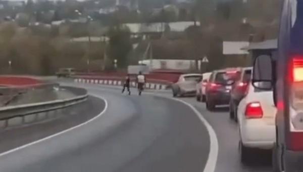 Комичная погоня полицейского за нарушителем в Подмосковье попала на видео
