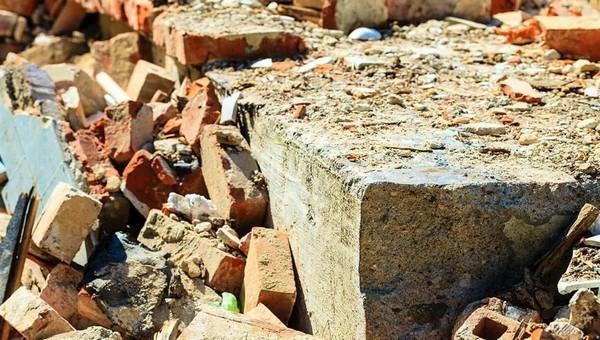 Старая стена подмосковной фабрики погребла человека