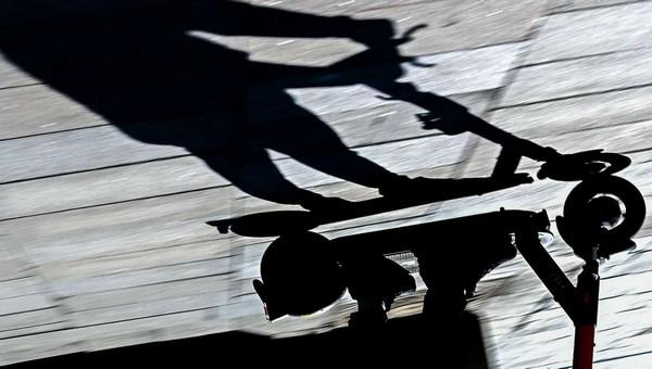 В центре Москвы неизвестный обмазал солидолом сотни самокатов