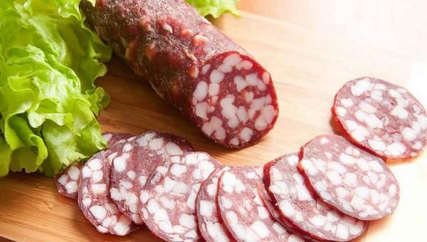 Какую копченую колбасу не стоит покупать? Эксперты назвали марки