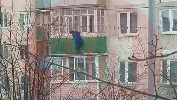 Пожилая женщина повисла на балконе в центре Серпухова