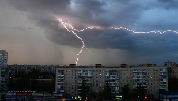 Штормовой ветер и грозы надвигаются на Подмосковье