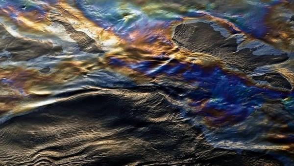 По Оке движется крупное нефтяное пятно