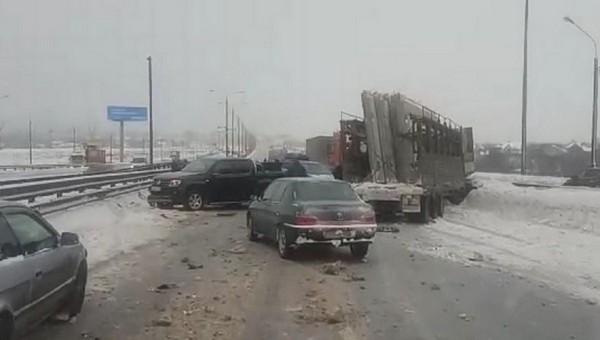 Массовая авария парализовала движение по трассе М-2