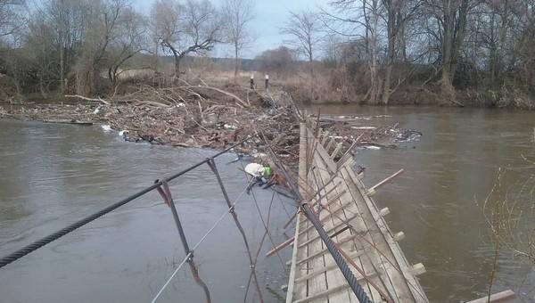 В Подмосковье река снесла подвесной мост
