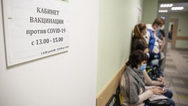 В Подмосковье в пунктах вакцинации вновь вырастают многочасовые очереди