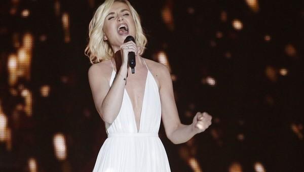 Полина Гагарина согнулась пополам от боли на сольном концерте