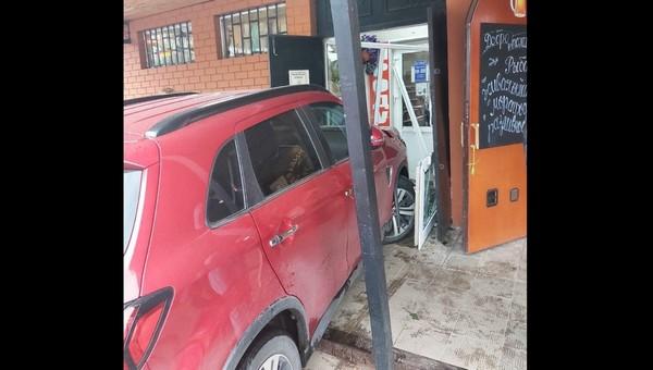 Молодая автоледи въехала в подмосковный магазин