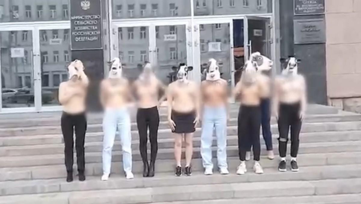 Девушки встали на защиту голой грудью