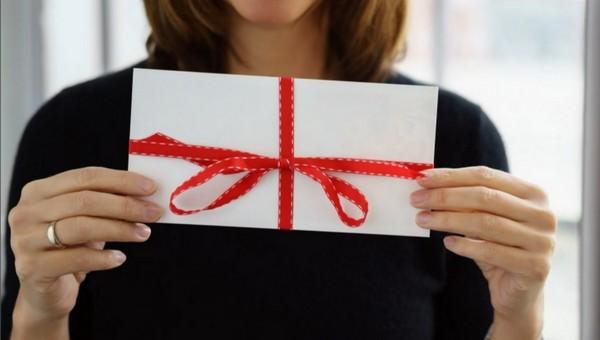 Пенсионерам начали дарить денежные подарки за вакцинацию
