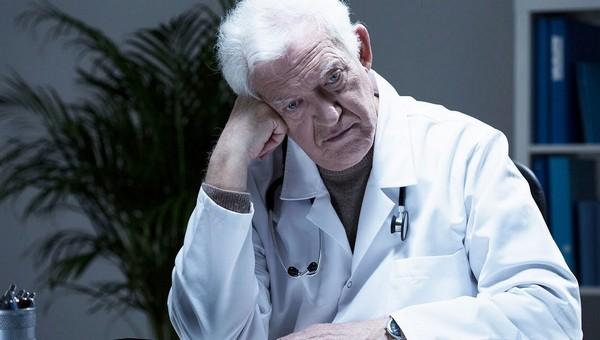 Пожилым российским врачам предложили вернуться к практике