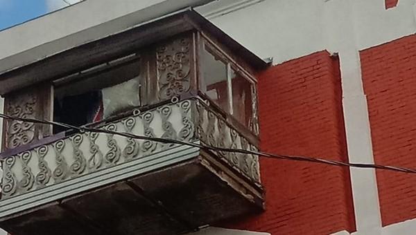 В Серпухове лист жести, оторвавшийся от балкона, ранил прохожего