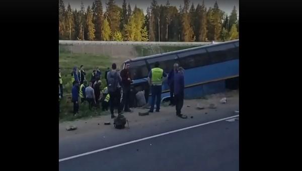 Автобус с рабочими перевернулся на юге Подмосковья