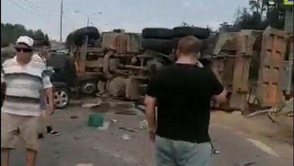 На подмосковной трассе КАМАЗ устроил месиво из 8 автомобилей