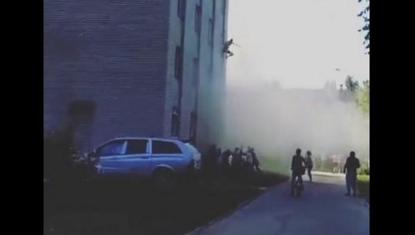 В подмосковном городе парень прыгнул с 6 этажа, не дождавшись пожарных