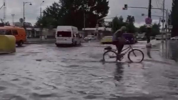 Привокзальную площадь в Серпухове затопило