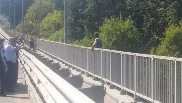 Подмосковные полицейские не отговорили мужчину от прыжка с моста