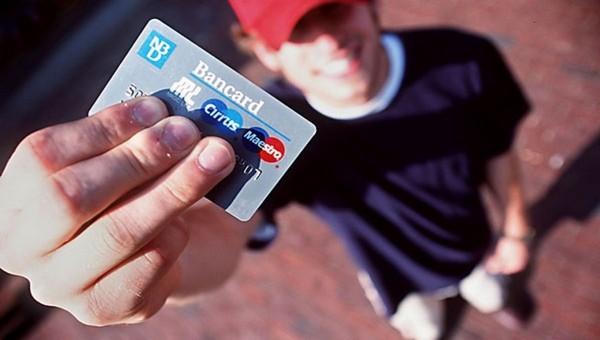 Школьники опустошили банковскую карточку пенсионерки