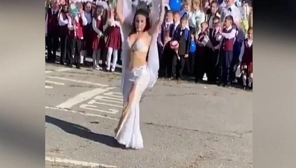 Директор школы уволилась после танца живота на линейке