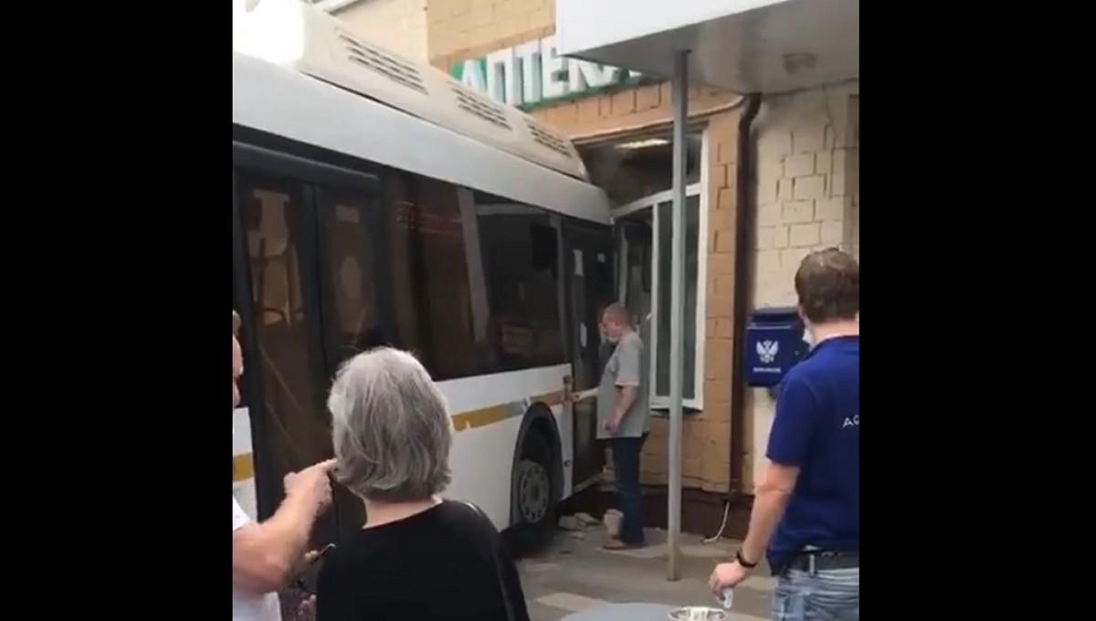 В Подмосковье рейсовый автобус заехал прямо в аптеку