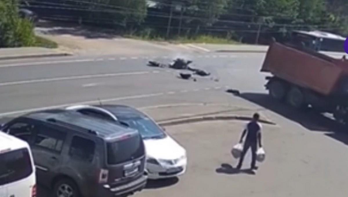 Мотоциклист погиб под КамАЗом в подмосковном городе