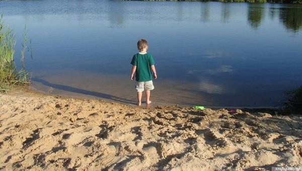 Родители не уследили за пятилетним сыном во время отдыха на озере
