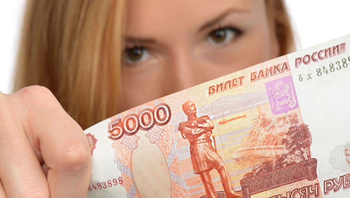 Путин поручил выплатить школьникам по 10 000 ₽