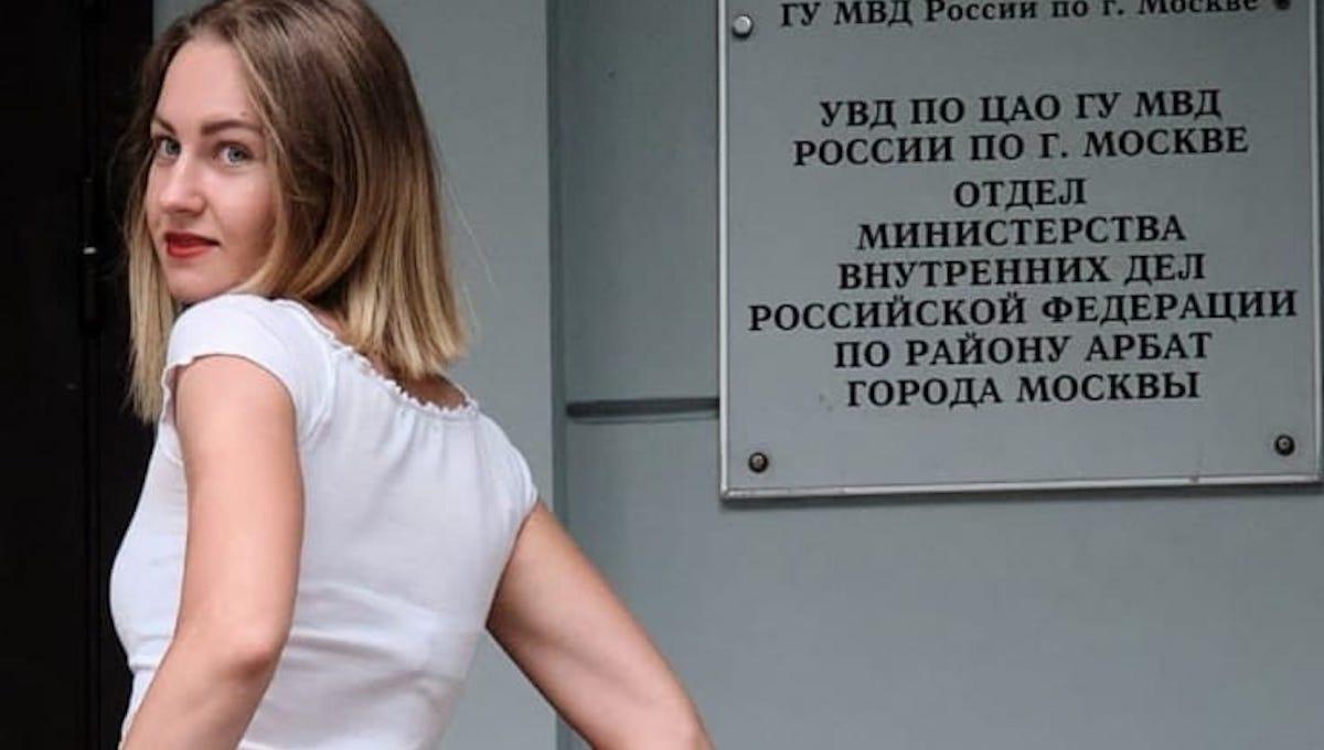 Девушка сверкнула попой у офиса полиции в знак протеста
