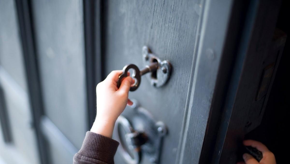 Трехлетний ребенок трое суток провел в квартире с трупами