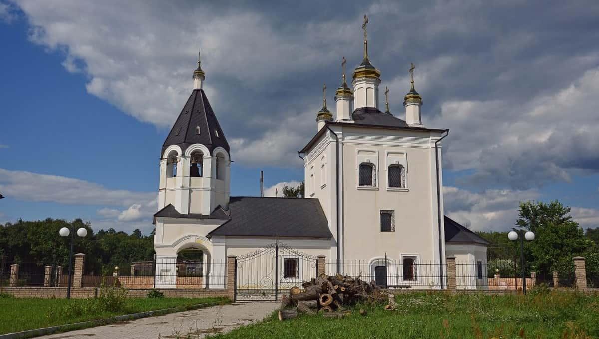 С Троицкого храма в Лужках предлагается содрать штукатурку