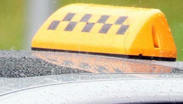 Пьяный пассажир угрожал перерезать горло таксисту в Подмосковье