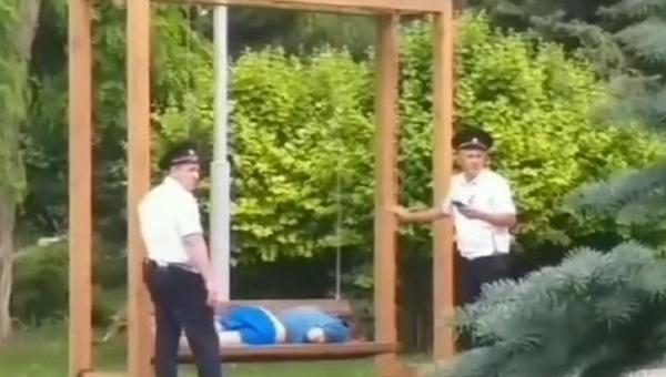 На российском курорте в объектив очевидцев попали добрые полицейские