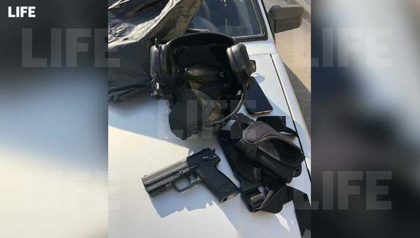 Школьник из Санкт-Петербурга пытался пройти в учреждение в экипировке и с оружием