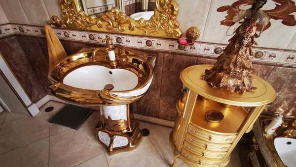 У начальника ГИБДД одного из регионов России нашли золотые унитазы
