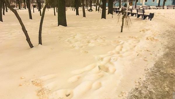 Желтый снег напугал россиян