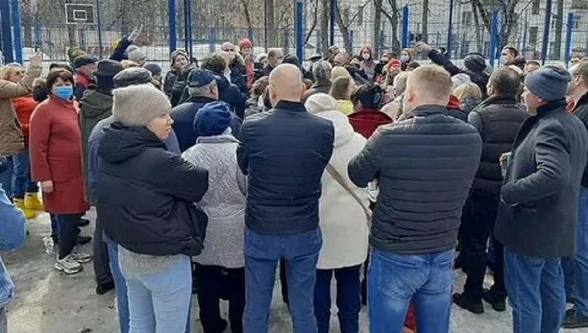 Москвичи устроили во дворе митинг против детской площадки