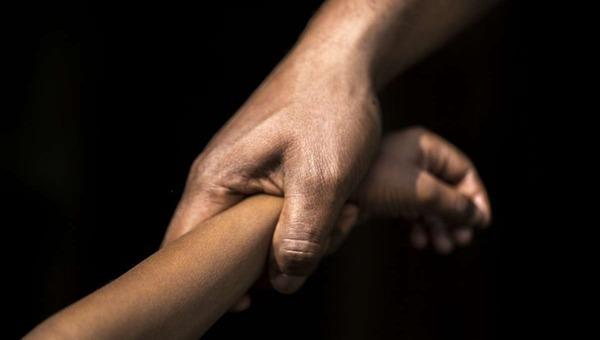Москвич выгнал на лестницу жену с детьми, чтобы изнасиловать подростка