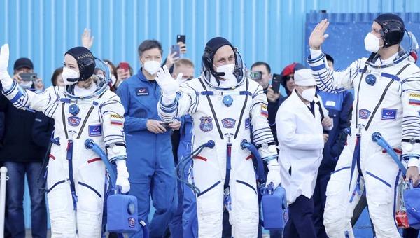 Трансляция старта космического корабля с киноэкипажем на борту