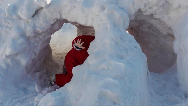 Подростка чудом успели спасти из-под снежного завала