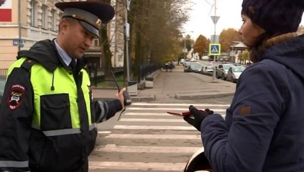 В нескольких регионах сотрудники ГИБДД начали штрафовать пешеходов