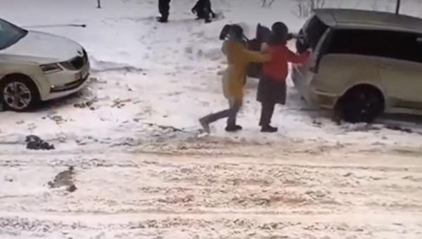 Неадекватная женщина нападала на детей прямо на улице в Подмосковье