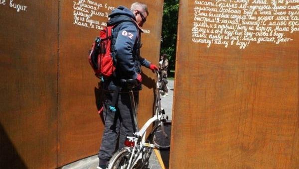 В Москве выставку известной общественной организации обнесли забором